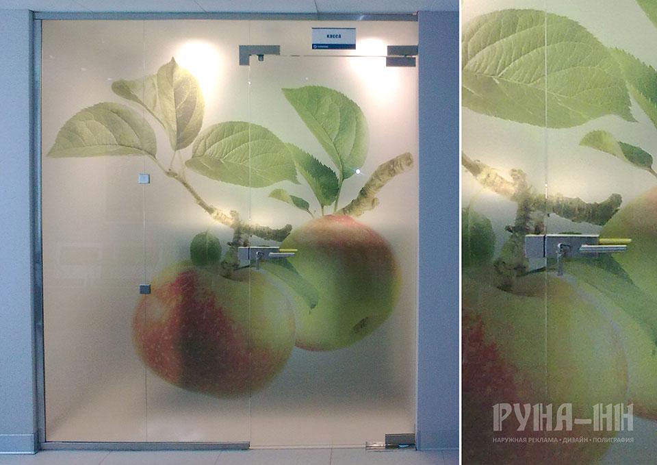 048 - Полноцветная печать на матовой прозрачной пленке. Оклейка стеклянного кассового узла.