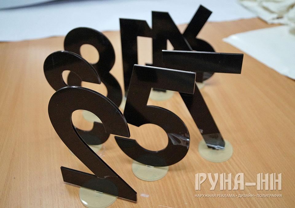 048 - Цифры, акрил черный, 3мм, основание оргстекло